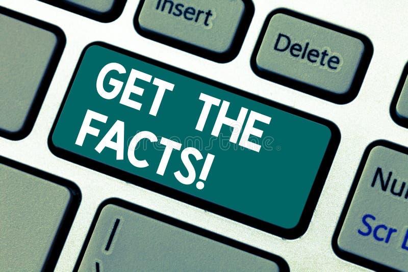El texto de la escritura de la palabra consigue los hechos Concepto del negocio para Look for la verdad de cierta información de  fotografía de archivo libre de regalías