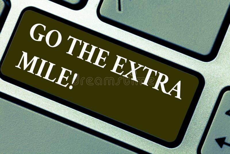 El texto de la escritura de la palabra va la milla adicional El concepto del negocio para Give un adicional hace más que se esper ilustración del vector