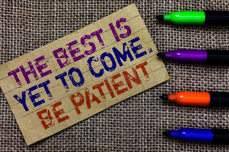 El texto de la escritura que escribe el mejor es todavía venir Sea paciente El significado del concepto no pierde la luz de la es fotografía de archivo