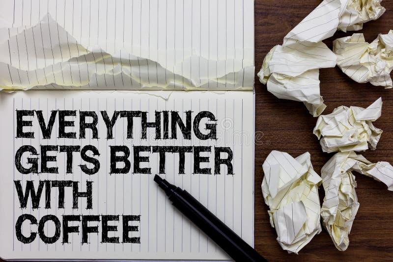 El texto de la escritura que escribe todo consigue mejor con café El significado del concepto tiene una bebida caliente al tener  imagen de archivo libre de regalías