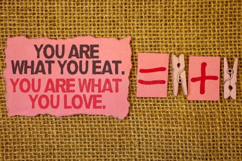 El texto de la escritura que le escribe es lo que usted come Usted es lo que usted ama Comienzo del significado del concepto para imagenes de archivo