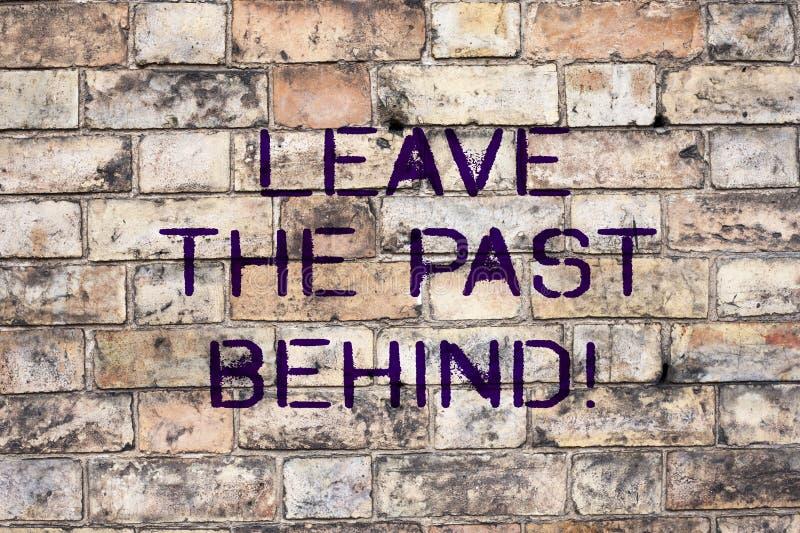 El texto de la escritura sale del pasado detrás El significado del concepto no mira detrás siempre para ir adelante motivación foto de archivo libre de regalías