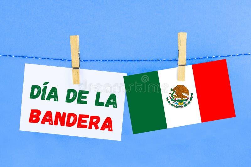 El texto en español: el día de la bandera Texto con la bandera de México imágenes de archivo libres de regalías