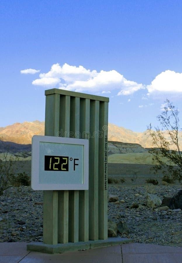 El themometer alcanza 122 grados de Fahrenheit, parque nacional de Death Valley imagenes de archivo