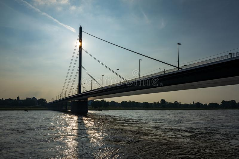El Theodor-Heuss-puente en Duesseldorf, Alemania imagenes de archivo
