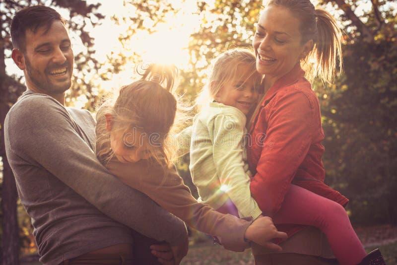 El tiempo de la familia, padres comparte amor con los niños foto de archivo