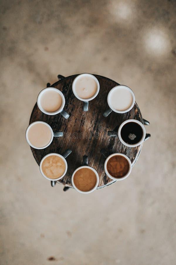 El tiempo del coffe del miembro de equipo y disfruta de momentos foto de archivo