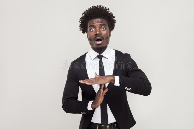 El tiempo hacia fuera firma Rotura de la necesidad del hombre del Afro imágenes de archivo libres de regalías