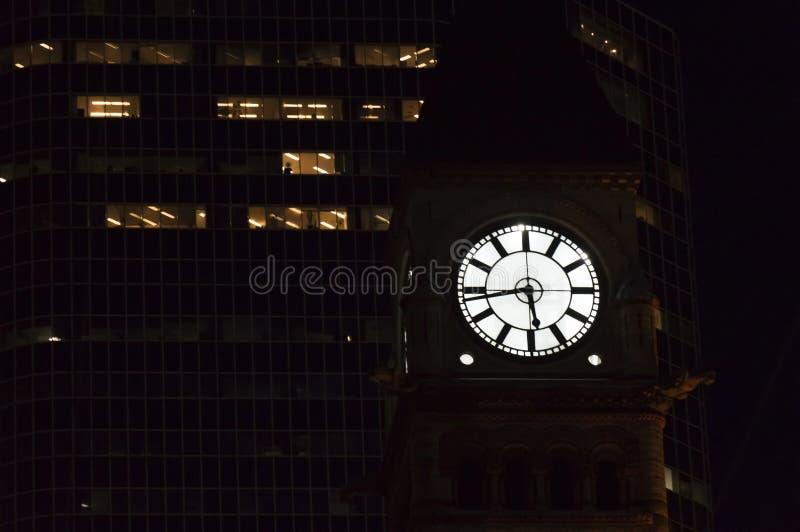 El tiempo se escabulle en la oscuridad incluso si usted pone el aviso de t Torre de reloj vieja del ayuntamiento de Toronto antes fotos de archivo libres de regalías