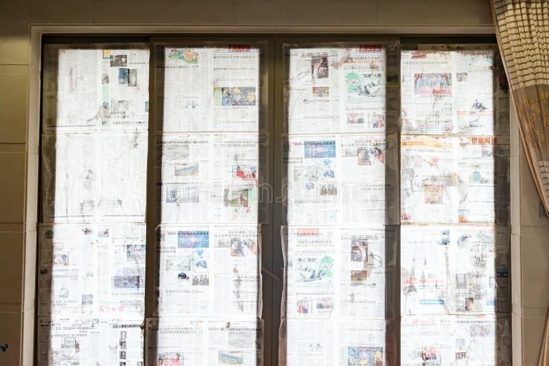 El tifón estupendo Mangkhut va a China y las ventanas de cristal reinforceed por el periódico mojado fotografía de archivo