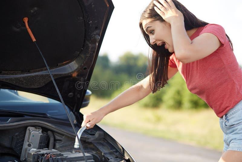 El tiro al aire libre de miradas fijas bastante femeninas desconcertadas en la capilla abierta del coche con la expresión sorpren fotos de archivo libres de regalías