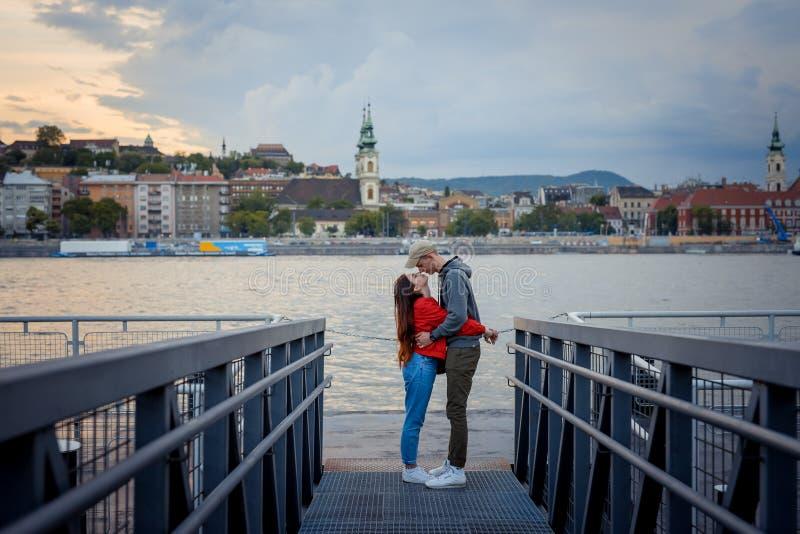 El tiro al aire libre integral del frotamiento cariñoso de los pares sospecha en el embarcadero del hierro cerca del río Danubio  imagen de archivo