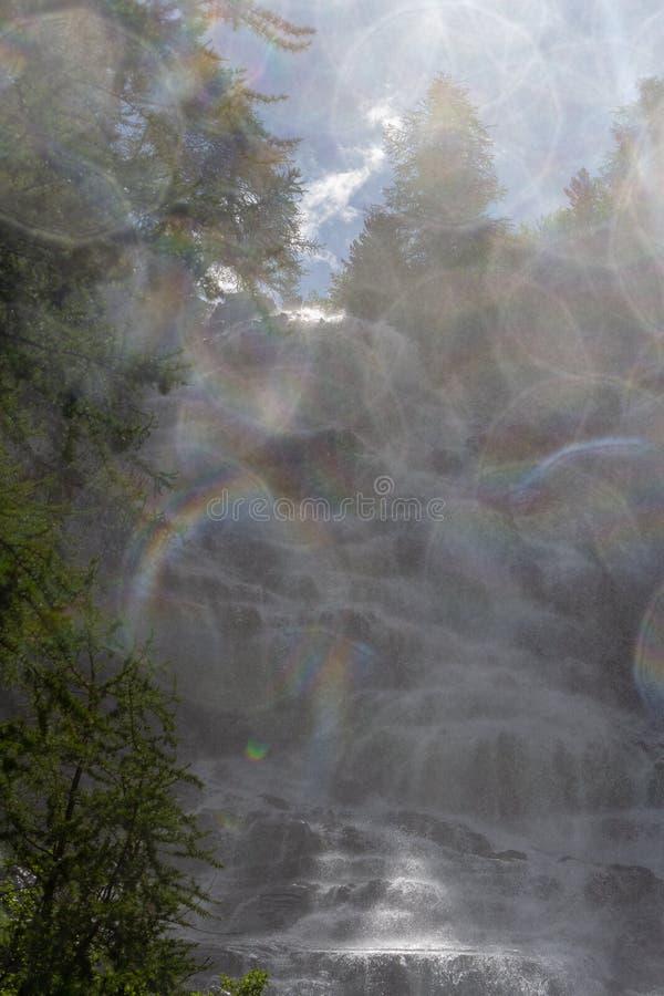 El tiro contra salpica de la cascada fotografía de archivo