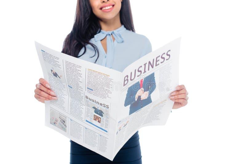 el tiro cosechado del periódico de negocios afroamericano sonriente de la lectura de la mujer aisló imagen de archivo