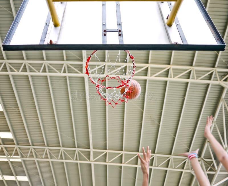 El tiro de baloncesto faltó entonces rebote imagen de archivo libre de regalías