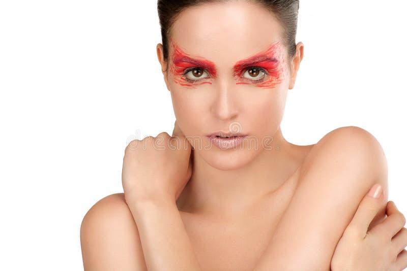 El tiro de la belleza del modelo con rojo artístico hace maquillaje diseñar foto de archivo