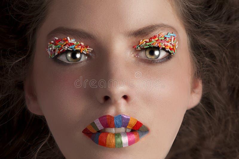 El tiro de la cara de un caramelo que desgasta de la chica joven compone foto de archivo libre de regalías