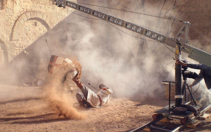 El tiro del hombre de truco con la flecha cae en sistema medieval de la película fotos de archivo
