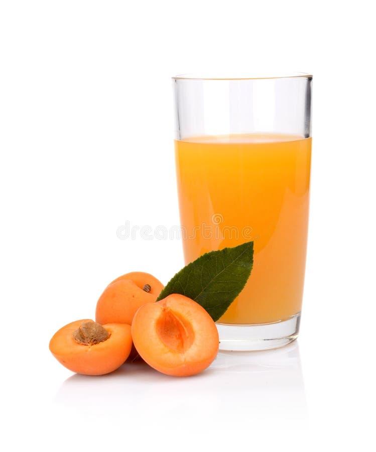 El tiro del primer cortó los albaricoques anaranjados con el jugo y la hoja fotos de archivo libres de regalías