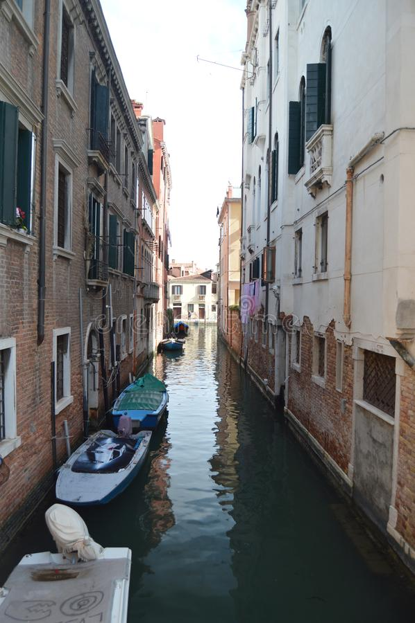 El tiro hermoso del canal estrecho del río de Lustraferi con los barcos hermosos amarró el tiro del puente en el Fondamenta De fotos de archivo