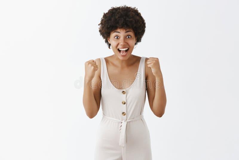 El tiro interior del campeón que se convierte lindo y abrumado sorprendido de la muchacha afroamericana, no puede creer que ella  imágenes de archivo libres de regalías