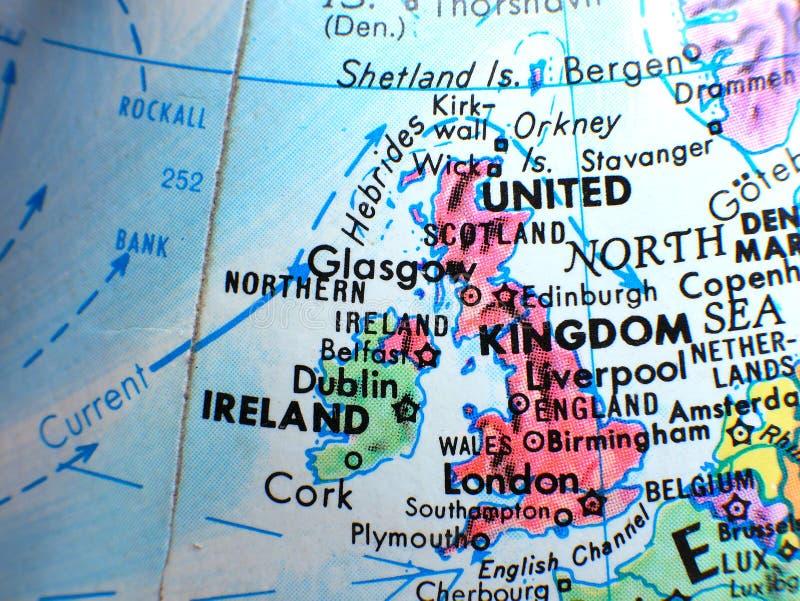 El tiro macro del foco de Reino Unido y de Irlanda en el globo traza para los blogs del viaje, los medios sociales, las banderas  imagenes de archivo