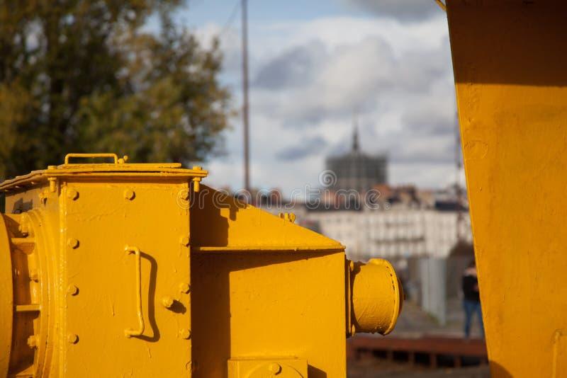El tit?n amarillo de la gr?a en atracci?n tur?stica de la L?nea Verde de Nantes, de Francia en un cielo y nubes del claro de la p fotos de archivo libres de regalías