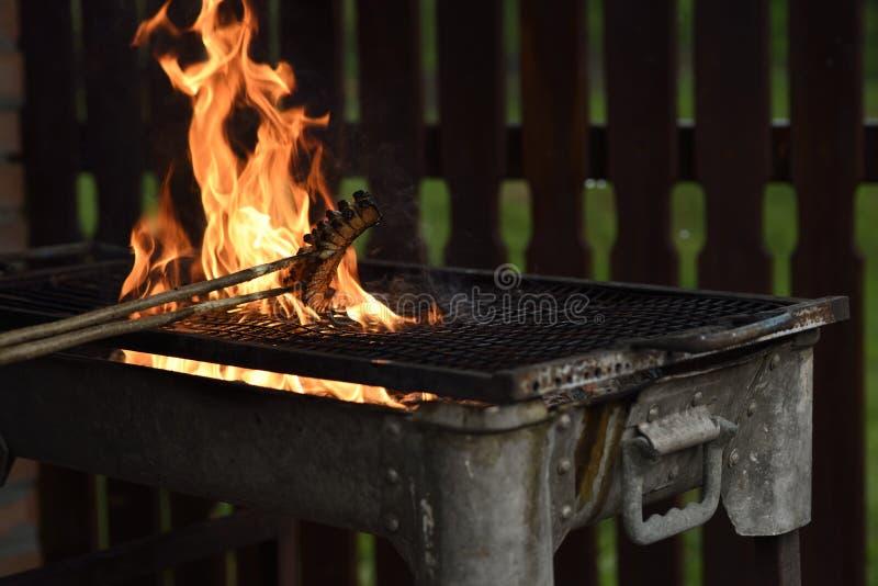 El tocino frito cocinó en un fuego abierto imagenes de archivo