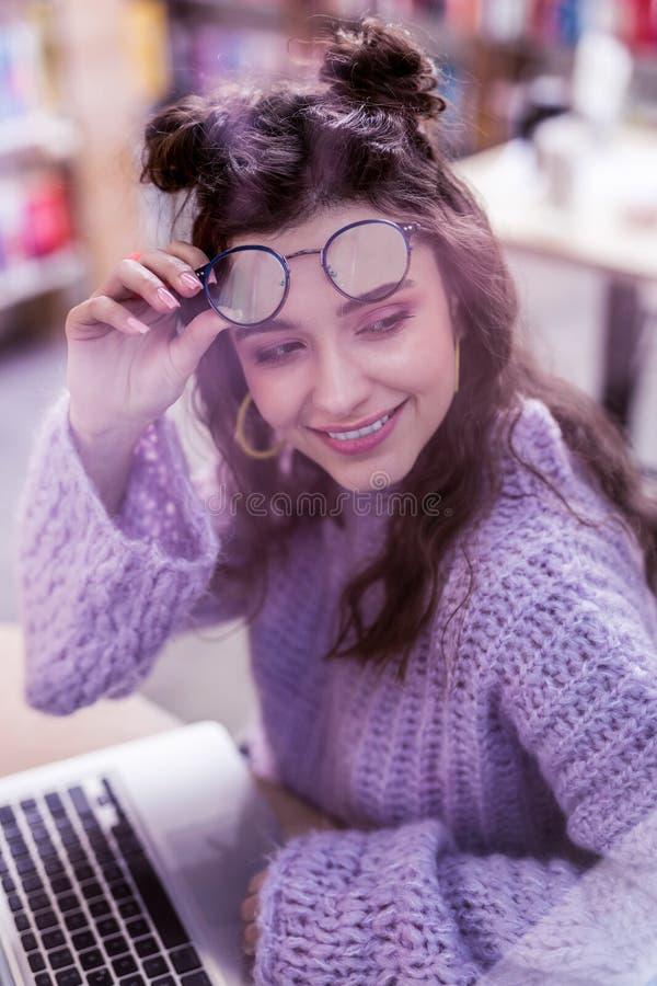 El tomar de moda de emisión de la señora de sus vidrios claros fotografía de archivo