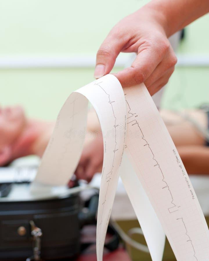 El tomar del electrocardiograma imagenes de archivo