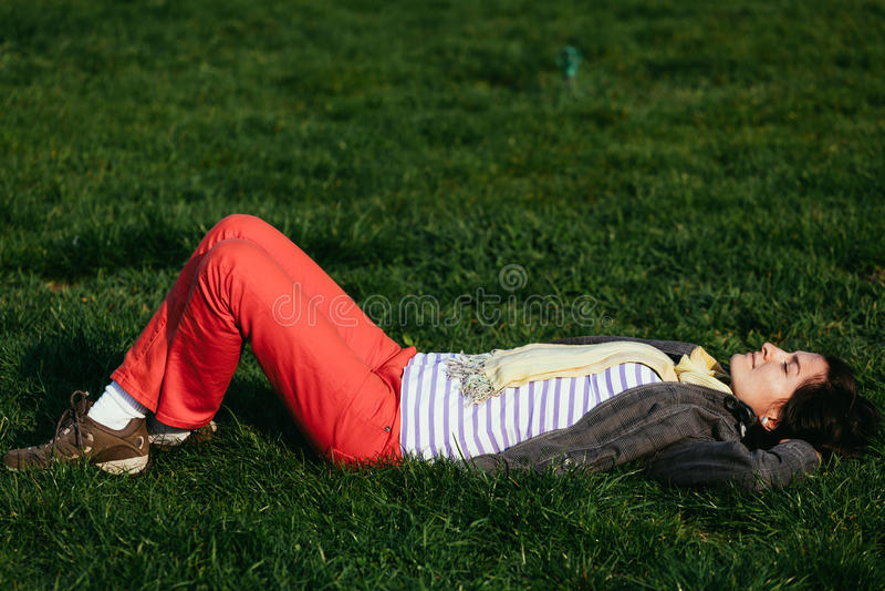 El tomar el sol en el parque fotos de archivo libres de regalías