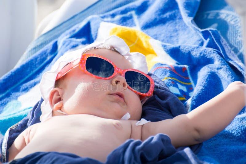 El tomar el sol recién nacido del bebé fotografía de archivo