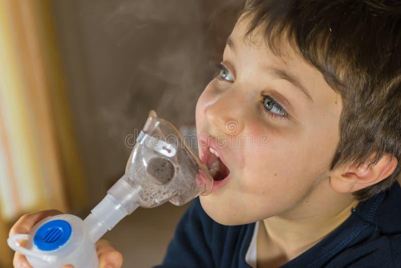 El tomar respiratorio, terapia del niño de la inhalación foto de archivo