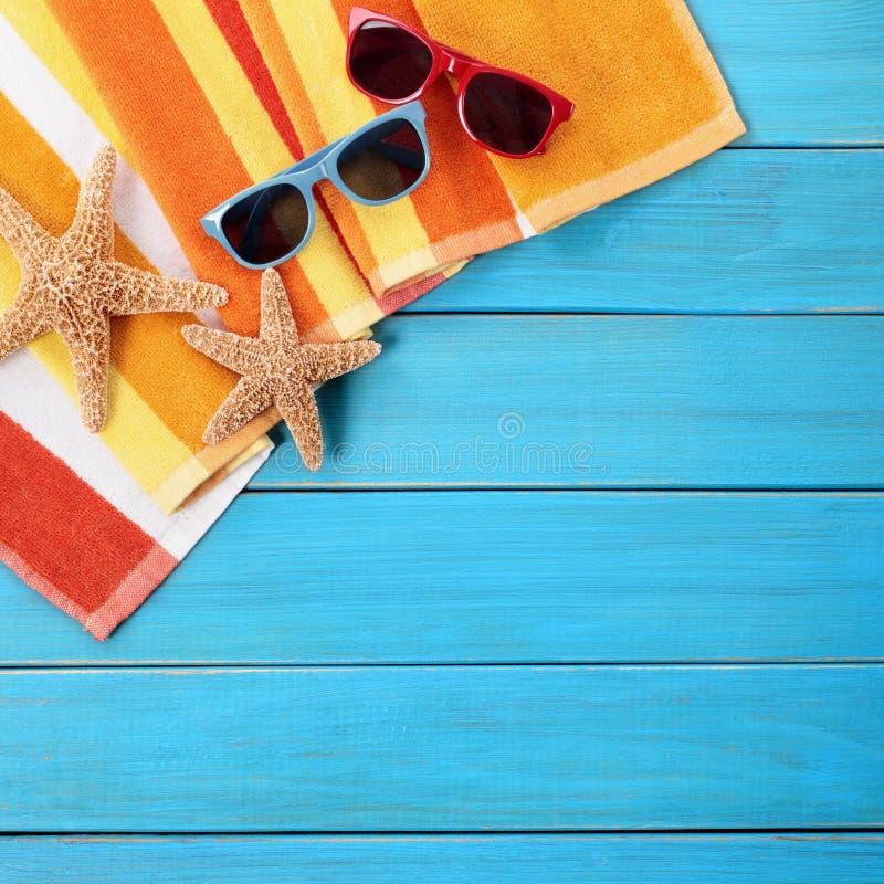 El tomar el sol de madera azul de las gafas de sol del decking de la frontera del fondo de la playa del verano fotos de archivo libres de regalías