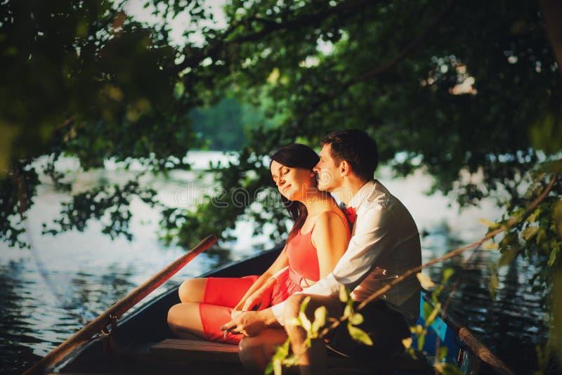 El tomar el sol hermoso de los pares foto de archivo libre de regalías