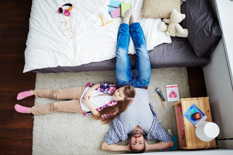 El tomar una siesta en el piso fotos de archivo