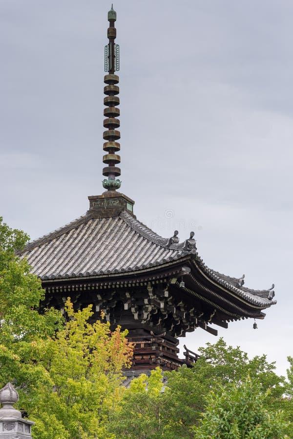 El top de la pagoda en Shinnyo-hace templo budista imagenes de archivo