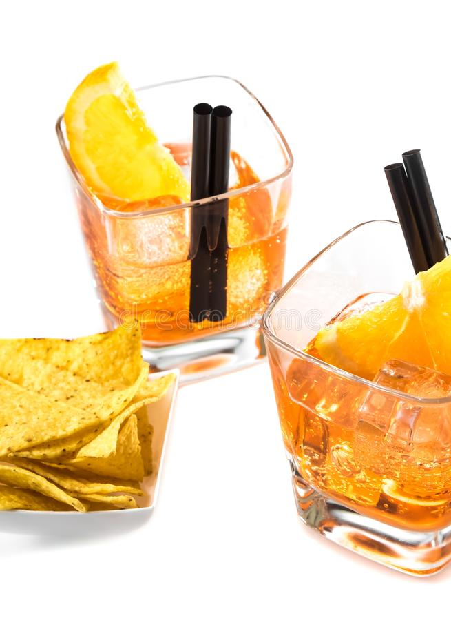 El top de la vista de dos vidrios de spritz el cóctel del aperol del aperitivo con las rebanadas y los cubos de hielo anaranjados imagen de archivo