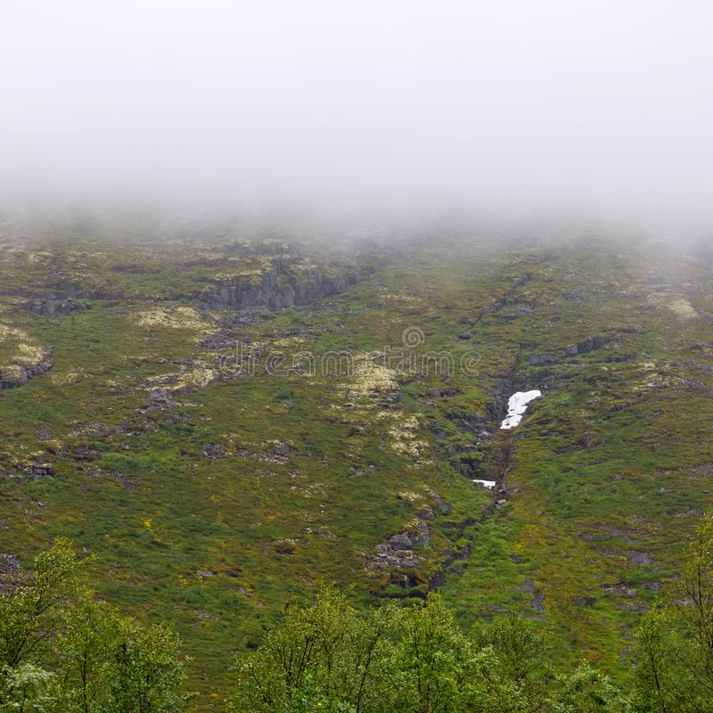El top de las montañas en las nubes, Khibiny foto de archivo