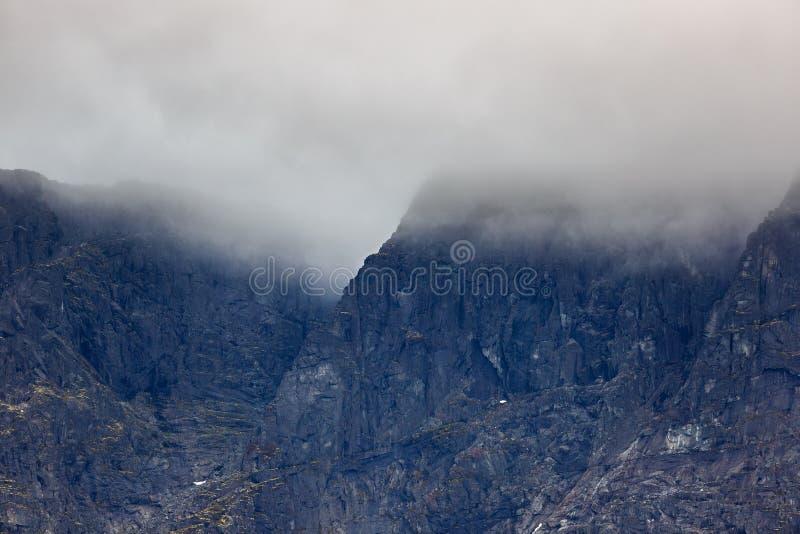 El top de las montañas en las nubes, Khibiny, fotografía de archivo libre de regalías