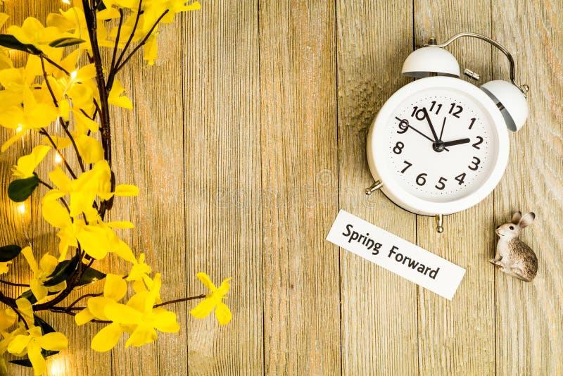 El top del concepto de la primavera del tiempo del horario de verano a continuación abajo ve foto de archivo