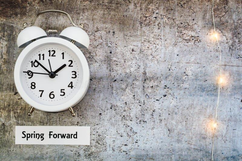 El top delantero del concepto de la primavera del tiempo del horario de verano abajo ve con el reloj blanco fotos de archivo libres de regalías