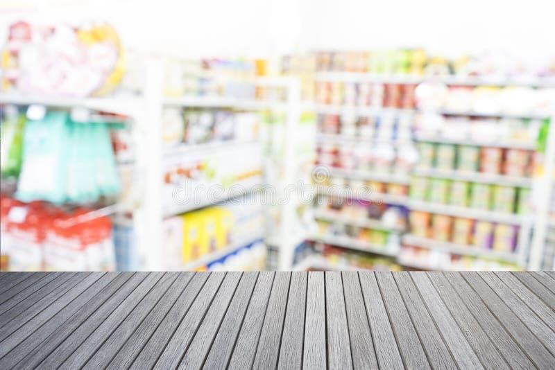 El top vacío de la tabla de madera y el supermercado empañan el fondo imagen de archivo libre de regalías