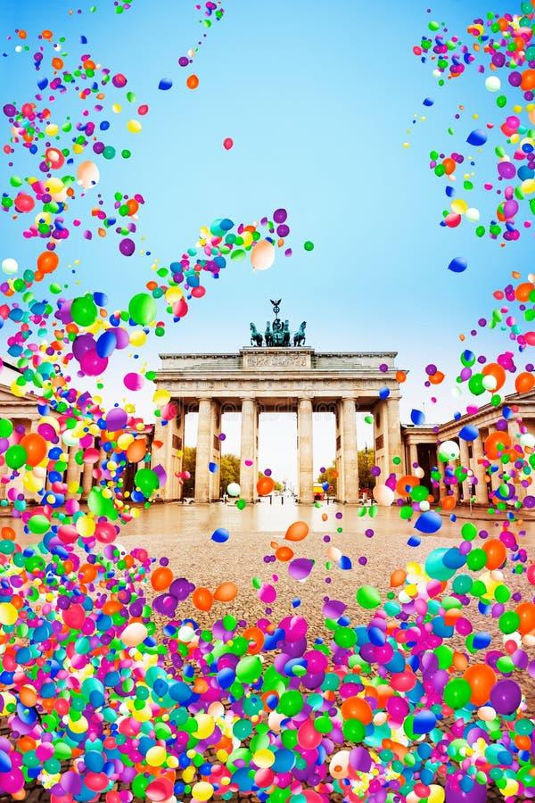 El Tor de Brandenburger en Berlín con los balones de aire vuela foto de archivo