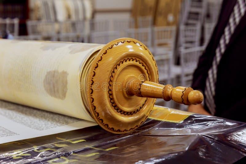El Torah manuscrito hebreo, en una sinagoga fotografía de archivo libre de regalías