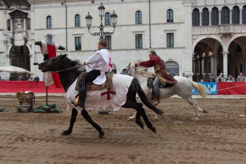 El torneo tradicional del caballero en las celebraciones de Caterina Cornaro está viniendo a la ciudad, festival medieval en Bres fotos de archivo