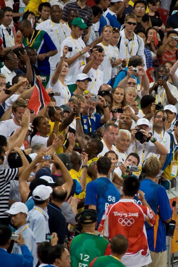 El tornillo de Usain celebra con la muchedumbre foto de archivo