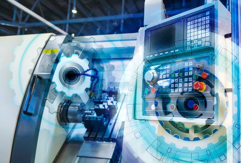 El torno del panel del control informático con control numérico cubrió la rueda de engranaje del ejemplo, industria de alta tecno imagenes de archivo
