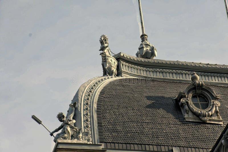 El torso del tejado adornado en el edificio intacto en Karlovy varía foto de archivo libre de regalías