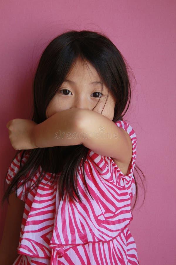El toser asiático de la muchacha fotos de archivo